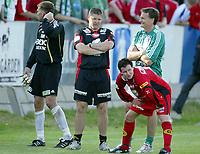 Fotball , 02. juli 2006 , Tippeligaen , Ham-Kam - Brann 4-0, Brann spillerne ble rundspilt på Hamar . Mons Ivar Mjelde depper mens Frode Grodås smiler, , til høyre Branns Petter Vaagan Moen bak Ivar Rønningen