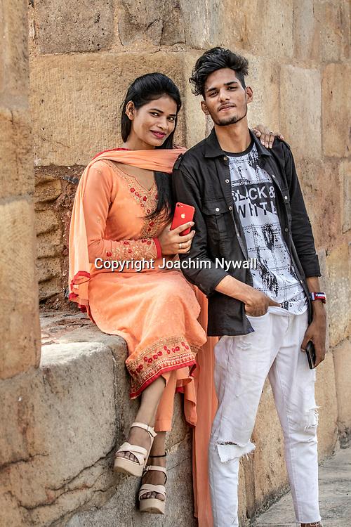 2019 09 26 Delhi India<br /> Qutab Minar är en minaret i den indiska huvudstaden Delhi,<br /> Kvinna ihop med en kille<br /> <br /> ----<br /> FOTO : JOACHIM NYWALL KOD 0708840825_1<br /> COPYRIGHT JOACHIM NYWALL<br /> <br /> ***BETALBILD***<br /> Redovisas till <br /> NYWALL MEDIA AB<br /> Strandgatan 30<br /> 461 31 Trollhättan<br /> Prislista enl BLF , om inget annat avtalas.