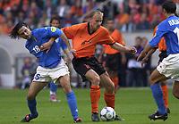 Fotball<br /> EM-sluttspillet 2000<br /> Nederland v Italia<br /> Foto: Digitalsport<br /> Norway Only<br /> Stefano Fiore, Italia, og Dennis Bergkamp, Nederland