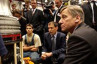 14 JUL 2004, DAHLEWITZ/GERMANY:<br /> Wolfgang Clement, SPD, Bundeswirtschaftsminister, besucht ein Turbinenwerk von Rolls-Royce Deutschland, um im Rahmen seiner Ausbildungstour um fuer zusaetzliche Ausbildungsplaetze zu werben, hier im Gespraewach mit Auszubildenden, Ausbildungsoffensive 2004 der Initiative TeamArbeit fuer Deutschland<br /> IMAGE: 20040714-01-052<br /> KEYWORDS: Ausbildungsplätze, Ausbildung, Ausbildungsplatz, Ausbildungsscheck