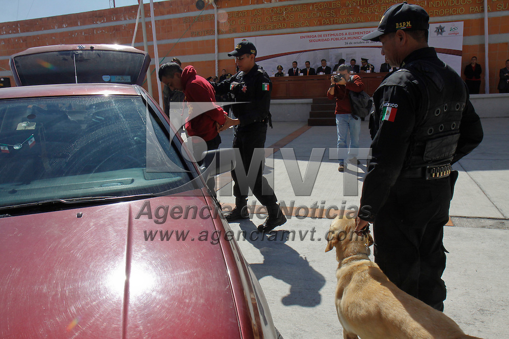 TOLUCA, México.- Policías de Toluca realizaron un simulacro de reacción de este cuerpo policiaco en caso de robo a automovilistas, narcomenudeo y el control de manifestaciones. Agencia MVT / Crisanta Espinosa. (DIGITAL)