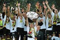 Fotball<br /> Foto: Witters/Digitalsport<br /> NORWAY ONLY<br /> <br /> Kapitän Stefan REUTER mit Schale und Mannschaft Borussia Dortmund Deutscher Meister 2001/02