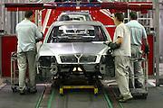 Mlada Boleslav/Tschechische Republik, Tschechien, CZE, 16.03.07: Mitarbeiter am Fertigungsband (Schweißstraße) mit einer Skoda Octavia Karosserie in der Skoda Autofabrik in Mlada Boleslav. Der tschechische Autohersteller Skoda ist ein Tochterunternehmen der Volkswagen Gruppe.<br /> <br /> Mlada Boleslav/Czech Republic, CZE, 16.03.07: Workers beside Octavia vehicle body-frame at welding line at Skoda car factory in Mlada Boleslav. Czech car producer Skoda Auto is a subsidiary of the German Volkswagen Group (VAG).