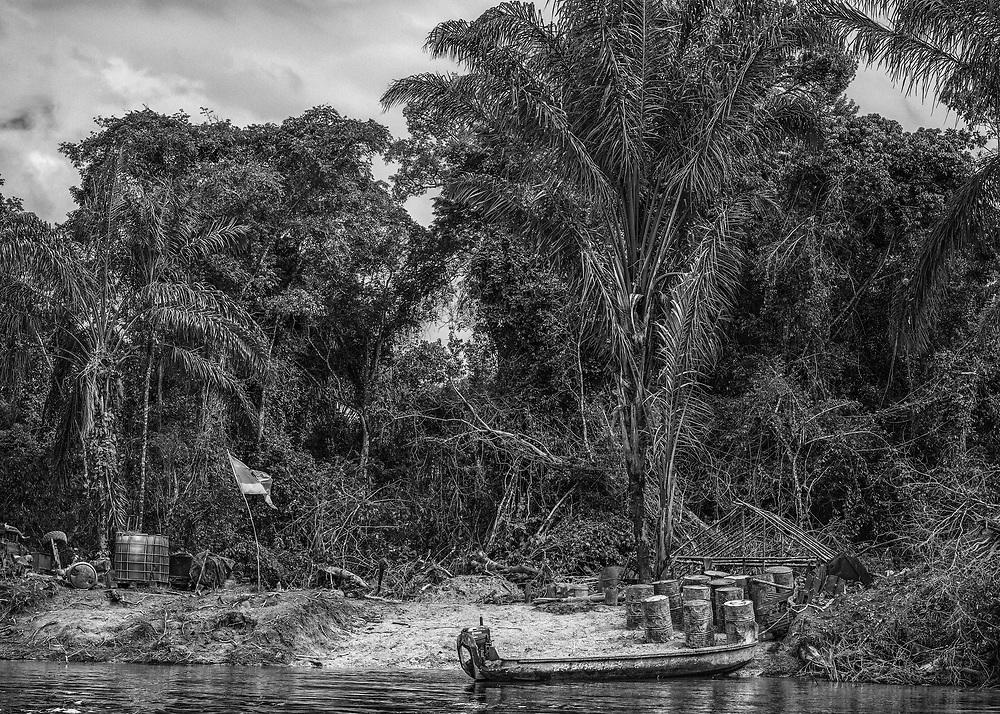 Maroni, Suriname, 2015.<br /> <br /> Station service clandestine sur la rive Surinamaise du Maroni.