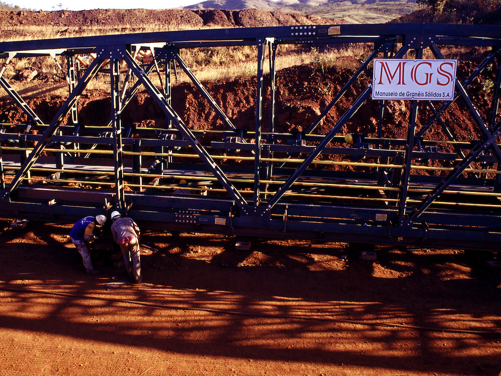 Nova Lima_MG, Brasil...Operarios fazendo a manutencao da esteira na mineracao em Nova Lima...The workers doing maintenance in mining equipament in Nova Lima...Foto: MARCUS DESIMONI / NITRO