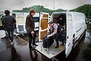 Foto: Gerrit de Heus. Emmen. 13-06-2015. Armand en The Kik op Retropop. In de stromende regen laadt de band de apparatuur uit.