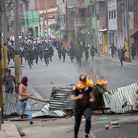 Soldiers charge against protestors in Guanacaste, Tegucigalpa