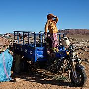 Petite fille nomade vivant dans les environs d'Erfoud.