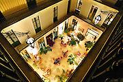 Frankrijk, Sete, 20-9-2008Lobby,hal van het grand hotel. Het gebouw stamt uit eind 19e eeuw en heeft de kamers aan gallerijen. Lobby, grand hall of the hotel. The building dates back to late 19th century and the rooms are situated alongside galleries.Foto: Flip Franssen/Hollandse Hoogte