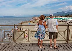 THEMENBILD - ein älteres Paar auf einer Promenade blickt auf den Strand, aufgenommen am 24. Juni 2018 in Viareggio, Italien // an elderly couple on a promenade looks out to the beach, Viareggio, Italy on 2018/06/24. EXPA Pictures © 2018, PhotoCredit: EXPA/ Stefanie Oberhauser