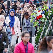 NLD/Amsterdam/20150504 - Dodenherdenking 2015 Amsterdam, kinderen leggen bloemen