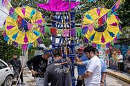 02 julio 2021, Tultepec, México. Pirotécnicos arman un castillo como parte de la celebración anual de Santa Isabel.