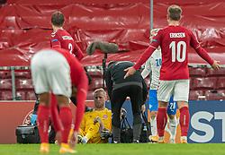 En groggy Kasper Schmeichel  (Danmark) behandles under kampen i Nations League mellem Danmark og Island den 15. november 2020 i Parken, København (Foto: Claus Birch).