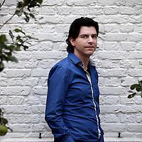 """Nederland, Amsterdam , 3 oktober 2013.<br /> Rob Wijnberg.<br /> Rob Wijnberg is columnist, journalist, filosoof en publicist. Rob Wijnberg studeerde filosofie aan de Universiteit van Amsterdam; daarvoor studeerde hij bedrijfskunde aan de Rijksuniversiteit Groningen en deed hij één jaar Toneelschool Amsterdam. Hij is de jongste opinieredacteur van NRC Handelsblad en nrc.next. Van september 2010 tot september 2012 was Wijnberg (de eerste) hoofdredacteur van nrc.next.[1] Rob Wijnberg is momenteel bezig met het oprichten van een nieuw journalistiek internetplatform en digitale krant: """"De correspondent"""" die vanaf september 2013 van start zal gaan.<br /> Foto:Jean-Pierre Jans"""