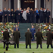 Overbrengen lichaam van overleden prins Bernhard van paleis Soestdijk, gehele Koninklijke familie en kinderen, Beatrix, Irene, Christina en Magriet op het bordes