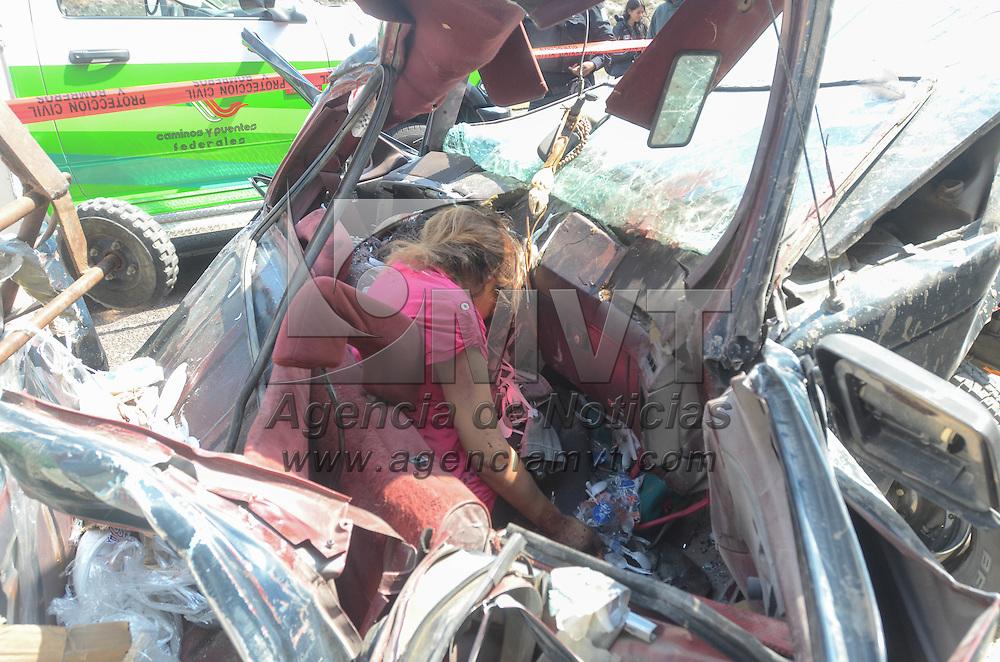 Naucalpan, Mexico.- Dos personas murieron al ser aplastada su camioneta por un trailer que se quedo sin frenos en el kilometro 9 de la autopista Chamapa Lecheria con direccion a Toluca, bomberos y paramedicos tuvieron que utilizar equipo especial para rescatarlos. Agencia MVT / Juan Garcia