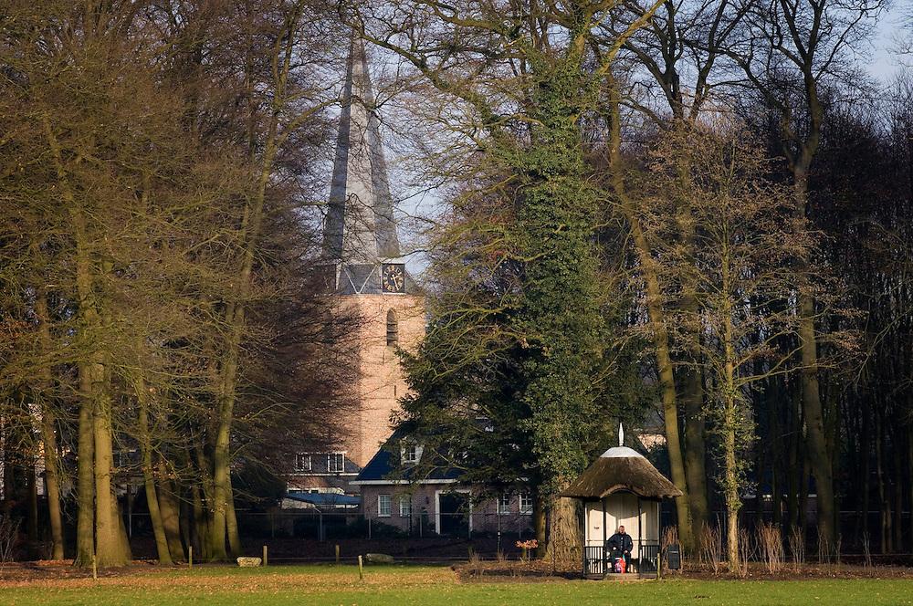 Nederland, Doorn, 13 jan 2006 . ..Zicht op de kerk van Doorn vanaf landgoed Huis Doorn.Doorkijkje tussen grote bomen door, landelijk zich op dorpskern.Doorn is dorp van de gemeente Heuvelrug..Foto (c) Michiel Wijnbergh