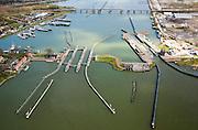 Nederland, Amsterdam, Buiten-IJ, 16-04-2008;  schutsluizen bij Schellingwoude (de Oranjesluizen), tussen IJ (voorgrond) en Buiten-IJ; over het water de Schellingwouderbrug, rechts het  Zeeburger-eiland;.Oranje-sluizen..luchtfoto (toeslag); aerial photo (additional fee required); .foto Siebe Swart / photo Siebe Swart