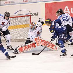 15 John Laliberte (Stuermer ERC Ingolstadt), 34 Chet Pickard (Torhueter Iserlohn Roosters), 39 Thomas Greilinger (Stuermer ERC Ingolstadt), 6 Michel Périard (Spieler Iserlohn Roosters), 9 Luigi Caporusso (Spieler Iserlohn Roosters), 60 Troy Milam (Spieler Iserlohn Roosters) beim Spiel in der DEL, ERC Ingolstadt (blau) -  Iserlohn Roosters (weiss).<br /> <br /> Foto © PIX-Sportfotos *** Foto ist honorarpflichtig! *** Auf Anfrage in hoeherer Qualitaet/Aufloesung. Belegexemplar erbeten. Veroeffentlichung ausschliesslich fuer journalistisch-publizistische Zwecke. For editorial use only.