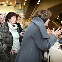 Nederland, Amsterdam , 6 maart 2010..Schrijfster Rosita Steenbeek tijdens de signeersessies in de Bijenkorf voorafgaande aan de Boekenweek 2010..Foto:Jean-Pierre Jans