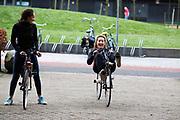 In Delft rijden Jennifer Breet (links) en Lieke de Cock voor het eerst op de ligfiets. In september wil het Human Power Team Delft en Amsterdam, dat bestaat uit studenten van de TU Delft en de VU Amsterdam, tijdens de World Human Powered Speed Challenge in Nevada een poging doen het wereldrecord snelfietsen voor vrouwen te verbreken met de VeloX 8, een gestroomlijnde ligfiets. Het record is met 121,81 km/h sinds 2010 in handen van de Francaise Barbara Buatois. De Canadees Todd Reichert is de snelste man met 144,17 km/h sinds 2016.<br /> <br /> In Delft Jennifer Breet (left) and Lieke de Cock ride a recumbent for the first time. With the VeloX 8, a special recumbent bike, the Human Power Team Delft and Amsterdam, consisting of students of the TU Delft and the VU Amsterdam, also wants to set a new woman's world record cycling in September at the World Human Powered Speed Challenge in Nevada. The current speed record is 121,81 km/h, set in 2010 by Barbara Buatois. The fastest man is Todd Reichert with 144,17 km/h.
