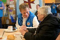 DEU, Deutschland, Germany, Berlin, 18.12.2019: Dr. Richard Lutz, Vorstandsvorsitzender der Deutschen Bahn AG, im Gespräch mit einer Bedürftigen in der Bahnhofsmission am Zoologischen Garten.