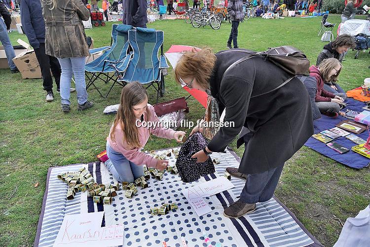 Nederland, Nijmegen, 26-4-2017 Koningsdag. Vrijmarkt op het Valkhof. Moestuintjes van Albert Heijn, AH worden ook verkocht..Foto: Flip Franssen