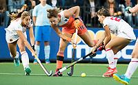 AMSTELVEEN -   Frederique Matla (Ned) tussen twee spaanse verdedigers tijdens Nederland - Spanje (dames) bij de Rabo EuroHockey Championships 2017.  COPYRIGHT KOEN SUYK