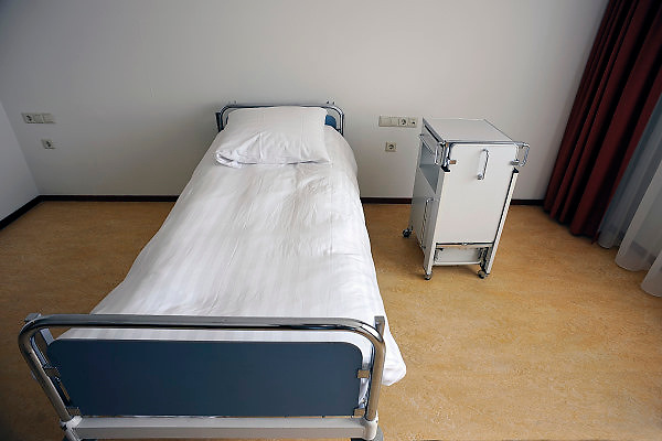 Nederland, Epen, 23-4-2008..Een leeg ziekenhuisbed staat op de detox afdeling van een privé afkickkliniek...Foto: Flip Franssen