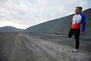 Robert Braam rijdt op donderdagochtend in de VeloX V. Het Human Power Team Delft en Amsterdam (HPT), dat bestaat uit studenten van de TU Delft en de VU Amsterdam, is in Amerika om te proberen het record snelfietsen te verbreken. Momenteel zijn zij recordhouder, in 2013 reed Sebastiaan Bowier 133,78 km/h in de VeloX3. In Battle Mountain (Nevada) wordt ieder jaar de World Human Powered Speed Challenge gehouden. Tijdens deze wedstrijd wordt geprobeerd zo hard mogelijk te fietsen op pure menskracht. Ze halen snelheden tot 133 km/h. De deelnemers bestaan zowel uit teams van universiteiten als uit hobbyisten. Met de gestroomlijnde fietsen willen ze laten zien wat mogelijk is met menskracht. De speciale ligfietsen kunnen gezien worden als de Formule 1 van het fietsen. De kennis die wordt opgedaan wordt ook gebruikt om duurzaam vervoer verder te ontwikkelen.<br /> <br /> The Human Power Team Delft and Amsterdam, a team by students of the TU Delft and the VU Amsterdam, is in America to set a new  world record speed cycling. I 2013 the team broke the record, Sebastiaan Bowier rode 133,78 km/h (83,13 mph) with the VeloX3. In Battle Mountain (Nevada) each year the World Human Powered Speed Challenge is held. During this race they try to ride on pure manpower as hard as possible. Speeds up to 133 km/h are reached. The participants consist of both teams from universities and from hobbyists. With the sleek bikes they want to show what is possible with human power. The special recumbent bicycles can be seen as the Formula 1 of the bicycle. The knowledge gained is also used to develop sustainable transport.
