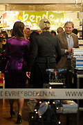 Pippa Middleton promoot in boekenwinkel H. de Vries in Haarlem de Nederlandse editie van Celebrate. Het boek van de schoonzus van de Britse prins William staat vol met feesttips. <br /> <br /> Pippa Middleton promotes bookstore in H. de Vries in Haarlem, the Dutch edition of Celebrate. The book of the sister of Britain's Prince William is full of party tips.