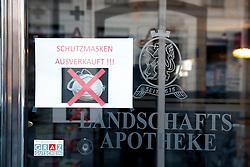 """THEMENBILD - Ein Schild """"Schutzmasken ausverkauft"""" einer Apotheke in Graz in Folge des Coronavirus-Ausbruchs in Österreich, aufgenommen am 15.03.2020 in Graz, Österreich // A sign on a drug store saying """"Masks sold out"""" as a result of the coronavirus outbreak in Austria, on 2020/03/15 in Graz, Austria. EXPA Pictures © 2020, PhotoCredit: EXPA/ Erwin Scheriau"""