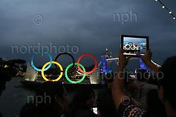27.07.2012, Tower Bridge, London, GBR, Opening Ceremony, im Bild<br /> Tower Bridge während der Eröffnung / Foto im Ipad<br /> <br /> Foto © nph / Mueller