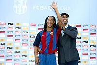 Fotball<br /> Oppkjøring til seriestart i Spania<br /> Barcelona<br /> <br /> NORWAY ONLY<br /> <br /> FRANK RIJKAARD MANAGER INTRODUCES NEW SIGNING RONALDINHO - BRA<br /> <br /> FOTO: DIGITALSPORT/MIGUELEZ SPORTS