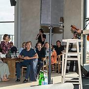 NL/Bloemendaal/20200702 - Boekpresentatie Bonuskind van Saskia Noort, Danny Vera zingt een lied voor Saskia Noort en haar familie