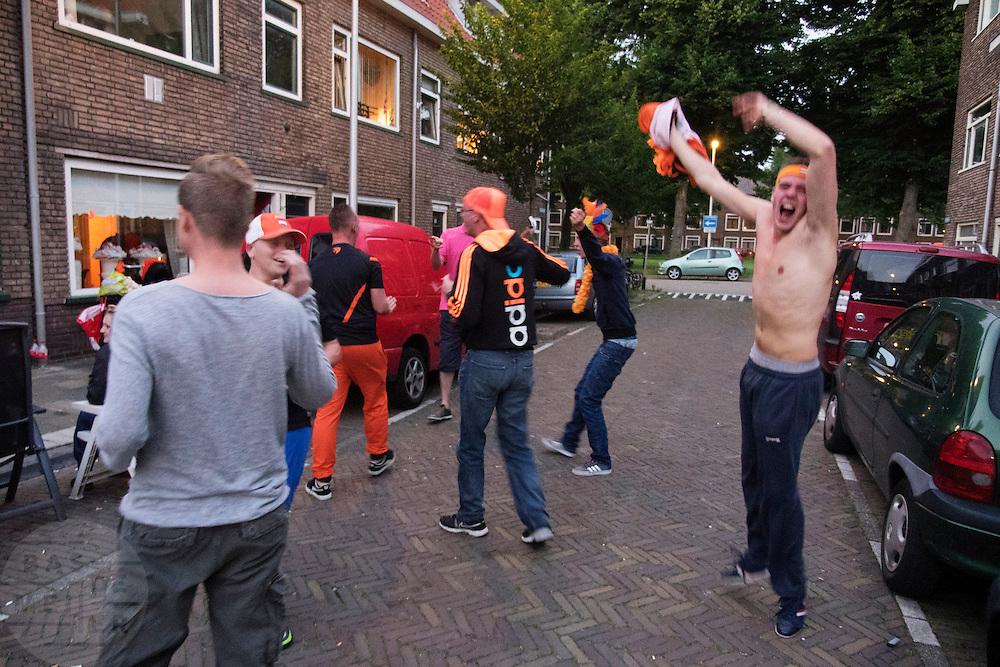 In de Utrechtse wijk Ondiep kijken mensen naar de eerste wedstrijd van Nederland op het WK voetbal.<br /> <br /> In the Utrecht district Ondiep people watch the first game for Holland at the WC soccer.