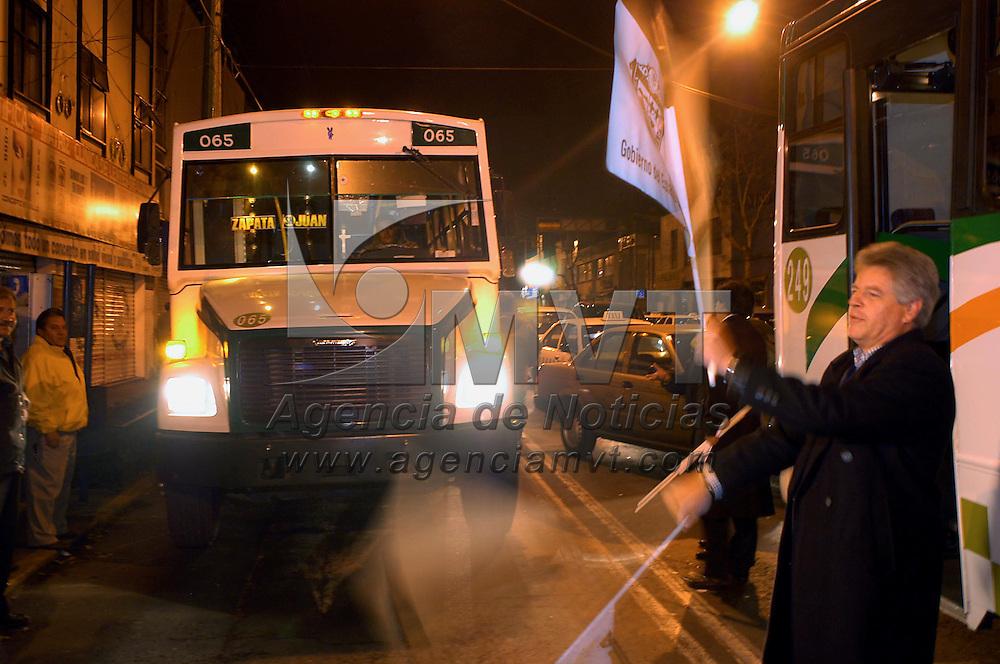 Toluca, Méx.- Sergio Rojas Andressen, subsecretario de transporte del estado de Mexicol, dió el banderazo de salida al transporte de pasajeros nocturno que cubriran los municipios de Lerma, Almoloya de Juarez, Zinacantepec, Otzolotepec, Xonacatlan y Toluca. Agencia MVT / Hernan Vázquez E. (DIGITAL)<br /> <br /> NO ARCHIVAR - NO ARCHIVE