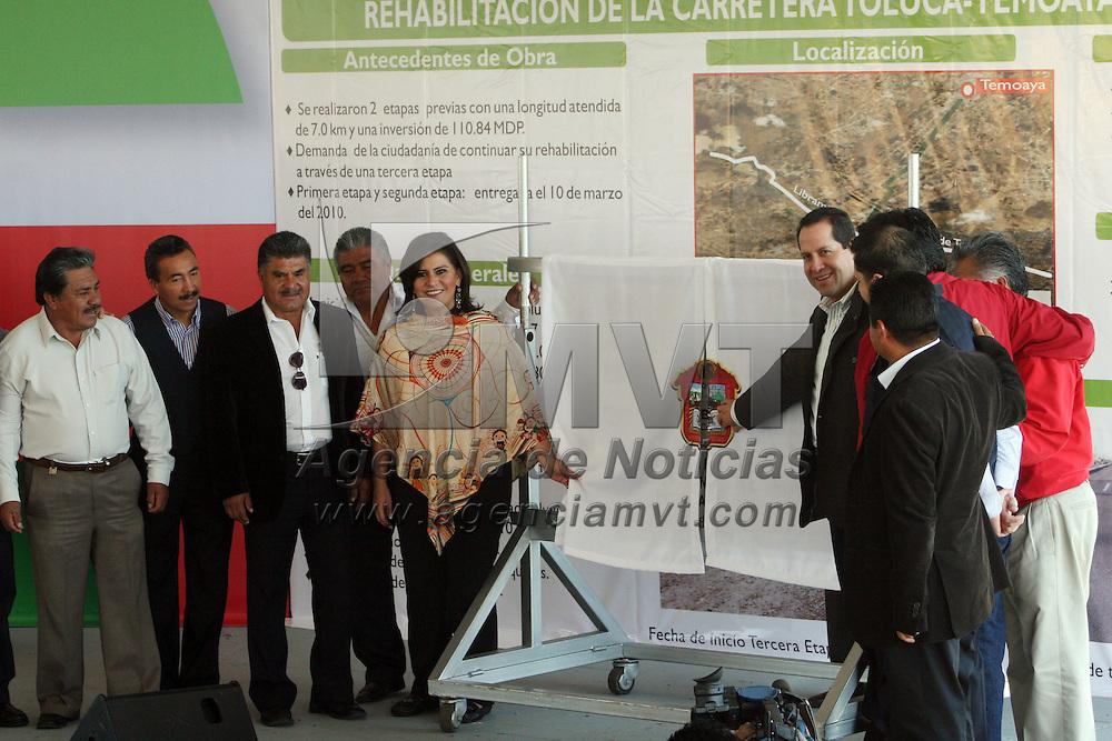 Toluca, Mex.- Eruviel Ávila Villegas, gobernador del Estado de México, acompañado por la alcaldesa de Toluca, María Elena Barrera Tapia, hizo entrega de la rehabilitación de la carretera Toluca-Temoaya, con una inversión de 55.5 millones de pesos, restaurando 3.7 kilómetros y viéndose beneficiados alrededor de 6 mil vehículos que circulan por esta vía. Agencia MVT / José Hernández. (DIGITAL)<br /> <br /> NO ARCHIVAR - NO ARCHIVE