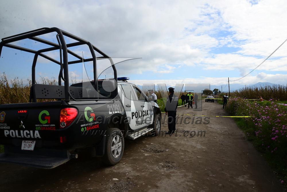 Toluca, Méx.- Vecinos de la Constitución Totoltepec reportaron la presencia del cuerpo de un hombre de aproximadamente 30 años de edad, al borde de una zanja, el cual se encontraba maniatado y con un tiro de arma de fuego en la cabeza, policías municipales y estatales resguardaron el lugar. Agencia MVT / staff