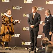 NLD/Soesterberg/20180424 - Koning opent tentoonstelling 'Willem',  Koning Willem Alexander overhandigt de baton aan Willem van Oranje