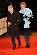 Premiere van de film Sonny Boy op maandag 17 januari in het Circus Theater in Scheveningen.<br /> <br /> Op de foto: Frtis Barend en partner