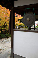 Gong at Myoshinji Temple, was one of the most important places for Japanese Zen Buddhism in the early 20th century. Several sliding door panels at Shunkoin were painted by Eigaku Kano of the renowned Kano School of painting. Some of the paintings have Confucian themes as Confucianism was important to samurai during the Edo period when these paintings were made.