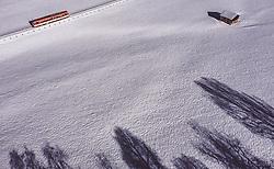 THEMENBILD - eine Zuggarnitur der Salzburger Lokalbahn fährt bei Sonnenschein in der mit Schnee bedeckten Landschaft, aufgenommen am 22. Januar 2019 in Kaprun, Oesterreich // a train of the SLB in the sunshine on the snow-covered landscape in Kaprun, Austria on 2019/01/22. EXPA Pictures © 2019, PhotoCredit: EXPA/ JFK