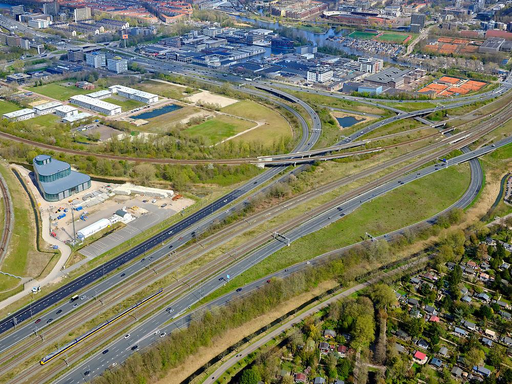 Nederland, Noord-Holland, Amsterdam; 17-04-2021; Zuidas, knooppunt de Nieuwe Meer. Zicht op <br /> Schinkelkwartier / Schinkelhaven, boven in beeld. Links in de sporendriehoek de hulpwarmtecentrale AmsterdamSouth Connection (ASC) van Vattenfall, grenzend aan het Riekercourt of Rieker Business Park. Tuinpark Ons Buiten rechtsonder.<br /> Zuidas, the Nieuwe Meer junction. View on Schinkelkwartier - Schinkelhaven, top of the picture. On the left, in the railway triangle, the auxiliary heating plant Amsterdam South Connection (ASC) of Vattenfall, adjacent to the Riekercourt or Rieker Business Park<br /> <br /> luchtfoto (toeslag op standaard tarieven);<br /> aerial photo (additional fee required)<br /> copyright © 2021 foto/photo Siebe Swart