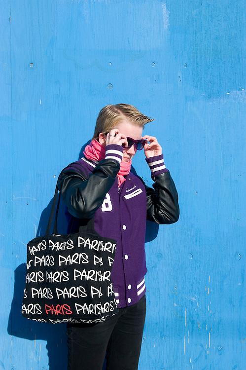 Nederland, Amsterdam, 21 okt 2010.Sanne, meisje met kort haar van 15 jaar, met een modieuze tas en zonnebril..Foto (c)  Michiel Wijnbergh..Commercieel gebruik mogelijk na overleg. Adressen van de meisje bekend bij fotograaf.