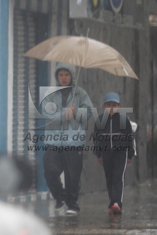 TOLUCA, México.- El inicio de la temporada de huracanes agarro por sorpresa a algunas personas a quienes la lluvia sorprendió en calles de la entidad, y de forma ingeniosa algunos utilizan plásticos para poder protegerse del agua. Agencia MVT / Crisanta Espinosa. (DIGITAL)