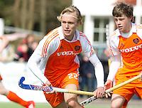 AERDENHOUT - 08-04-2012 - Jens Sauer   , zondag tijdens de wedstrijd tussen Nederland Jongens B en Duitsland Jongens B  (3-3), tijdens het Volvo 4-Nations Tournament op de velden van Rood-Wit in Aerdenhout. rechts Elmar MobachFOTO KOEN SUYK