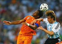 v.l. Didier Drogba, Gabriel Heinze Argentinien<br /> Fussball WM 2006 Argentinien - Elfenbeinkueste <br /> Argentina - Elfenbenskysten<br /> Norway only