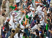 NEW DELHI -  Enthousiast publiek bij de hockeywedstrijd Engeland-India (3-2), bij het WK Hockey 2010 voor mannen in New Delhi.  Door dit verlies is India is het uitgeschakeld voor de hoofdprijzen maar het publiek bleef enthousiast. ANP KOEN SUYK