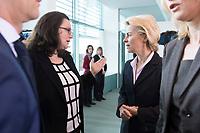 14 JAN 2014, BERLIN/GERMANY:<br /> Andrea Nahles (L), SPD, Bundesarbeitsministerin, und Ursula von der Leyen (R), CDU, Bundesverteidigungsministerin, im Gespraech, vor Beginn der Kabinettsitzung, Bundeskanzleramt<br /> IMAGE: 20150114-01-013<br /> KEYWORDS: Sitzung, Kabinett, Gespräch